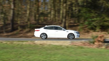 Kia Optima 2016 - side tracking