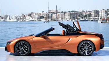 BMW i8 Roadster - roof operating