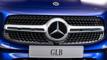 Mercedes GLB - studio full front detail