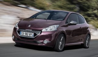 Peugeot 208 XY front tracking