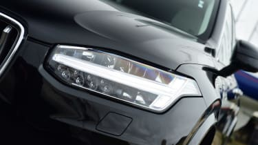 Volvo XC90 - front light