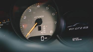 Porsche 911 GT2 RS - dials