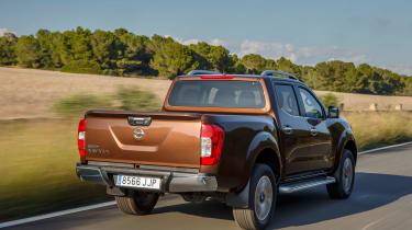 Nissan Navara NP300 2015 rear tracking