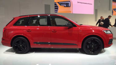 Audi SQ7 red - side