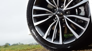 Kia Stinger - wheel