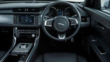 Jaguar XF 2.0d 2016 - interior
