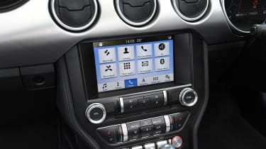 Ford Mustang Convertible - infotainment