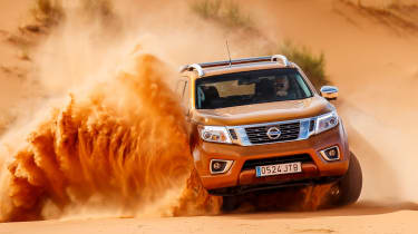 Nissan NP300 Navara pick-up dune - sand driving 8