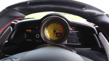 Ferrari 488 GTB 2016 - instruments