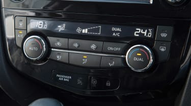 Used Nissan Qashqai Mk2 - centre console controls