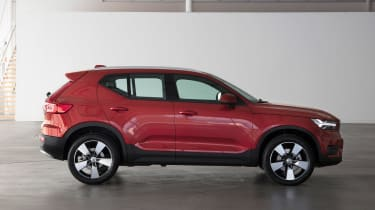 Volvo XC40 - Fusion Red side