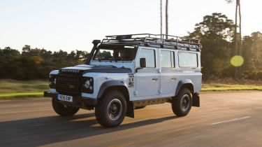 Land Rover Defender vs Toyota Land Cruiser - Defender front tracking