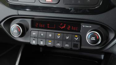 Kia Carens 2 1.7 CRDi centre console