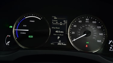 Lexus IS 300h - dials
