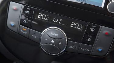 Nissan Pulsar 1.5 dCi Tekna interior detail
