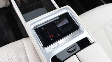 BMW 745Le xDrive - rear screen