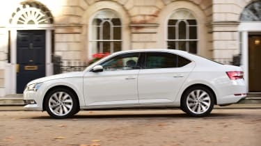Skoda Superb 1.5 TSI - side action