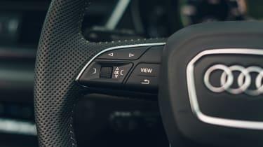 Audi Q5 55 TFSI e - steering wheel controls