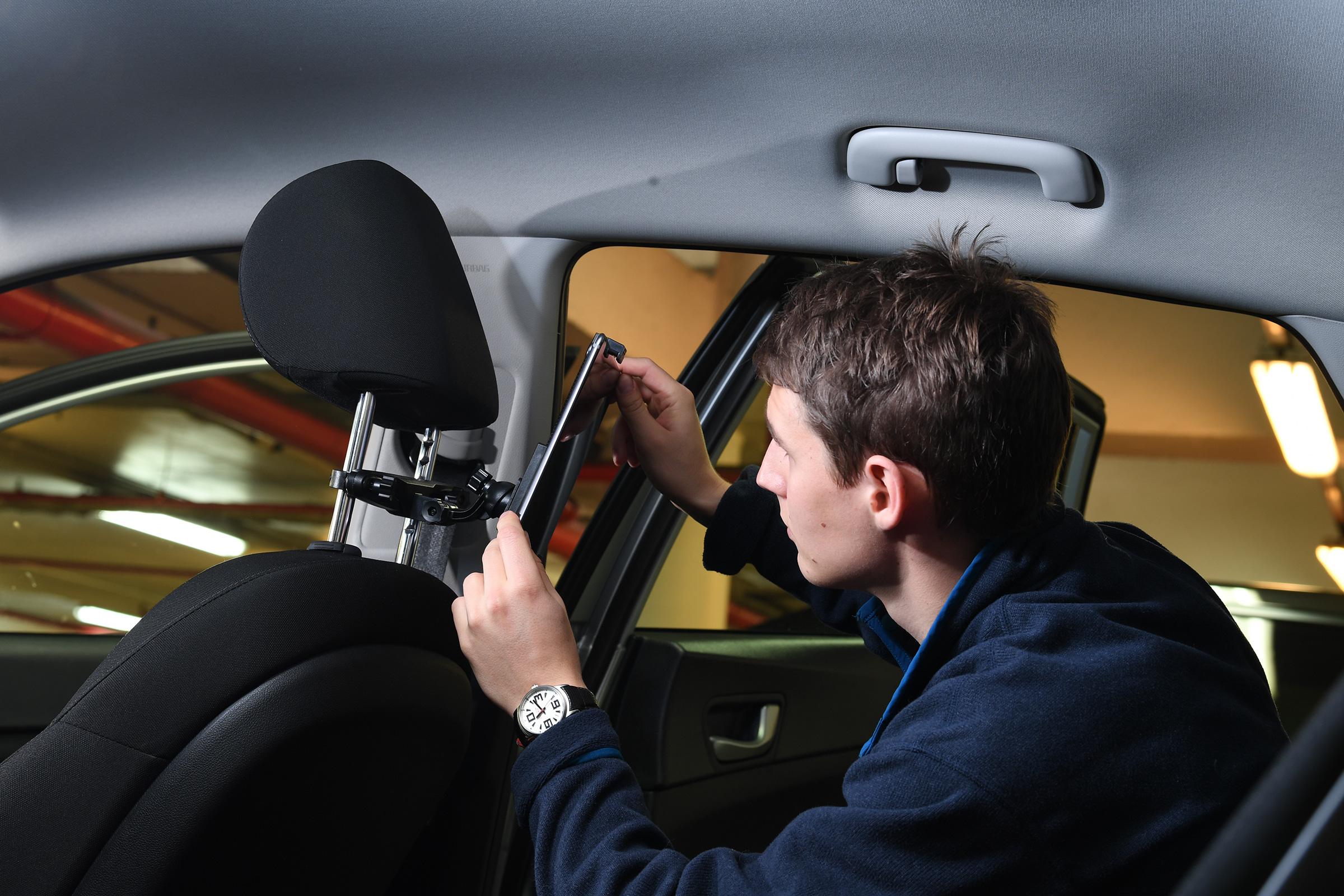 Targus In Car Mount for iPad /& 7-10-Inch tablets Black AWE77EU