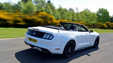 Convertible megatest - Ford Mustang - rear tracking