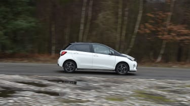 Toyota Yaris Design Bi-Tone 2016 - side tracking 2