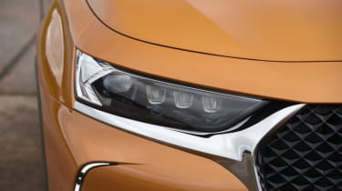 DS 7 Crossback headlight close
