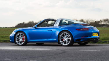 Porsche 911 Targa 2016 UK - roof close 1