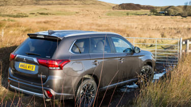 Mitsubishi Outlander PHEV 2017 - rear quarter