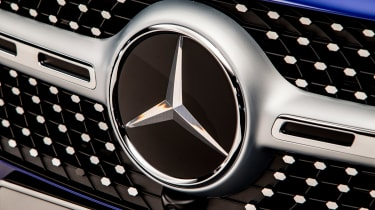 Mercedes GLB - studio Mercedes badge
