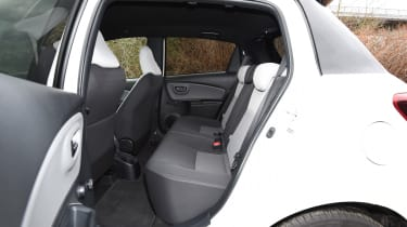 Toyota Yaris Design Bi-Tone 2016 - rear seats