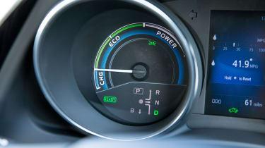 Toyota Auris Hybrid 2016 - dials