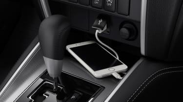 Mitsubishi L200 - phone charging