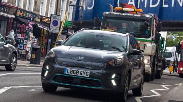 Eco driving tips - Kia e-Niro - front tracking traffic