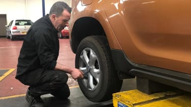 Tyre fitter kwik fit dacia duster long termer