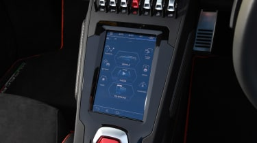 Lamborghini Huracan Evo Spyder - infotainment