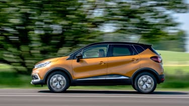 Renault Captur - side action