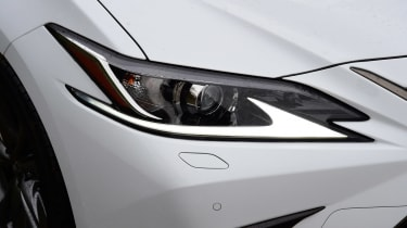 Lexus ES - front light