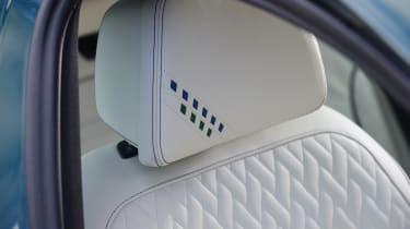 Alpina B5 Touring - headrest