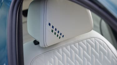 Alpina B5 Touring - headrest