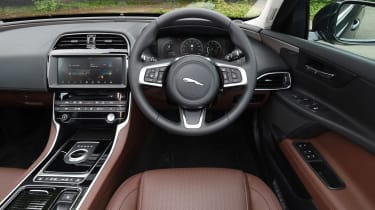 Jaguar XE 200PS - dash