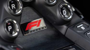 Aston Martin Vantage F1 Edition - plaque