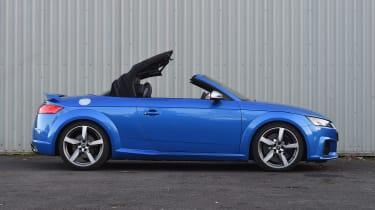 Audi TT RS Roadster - roof closing
