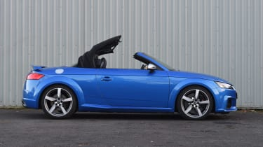 Audi TT RS Roadster - roof closing