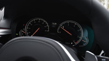 BMW 520d - dials