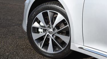 Kia Optima - front wheel