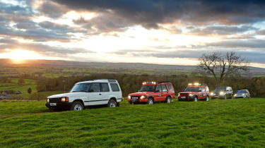 New Land Rover Discovery 5 vs 4, 3, 2 and 1 - action