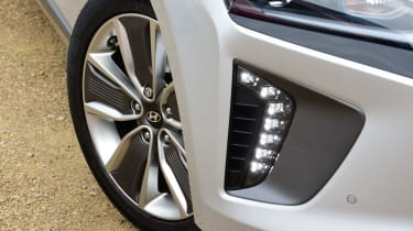 Hyundai IONIQ hybrid 2016 UK - wheel