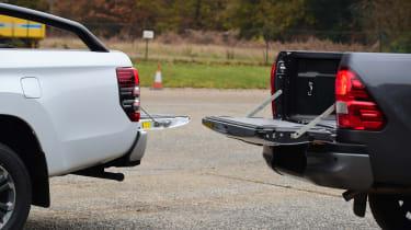 Toyota Hilux vs Mitsubishi L200 - loading