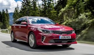 Kia Optima Sportswagon GT Line S - front tracking 3