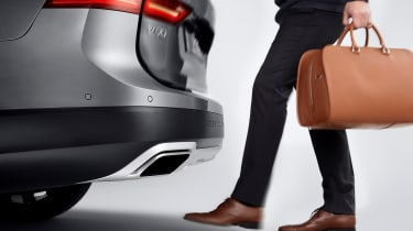 Volvo V90 Cross Country - studio hands free boot